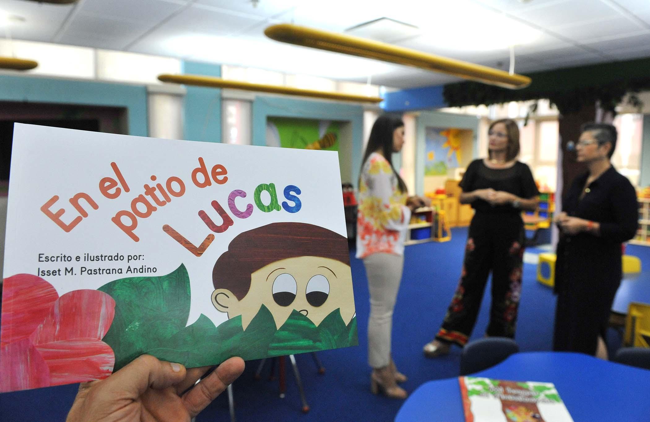 Isset Pastrana Andino en Biblioteca Municipal con su libro