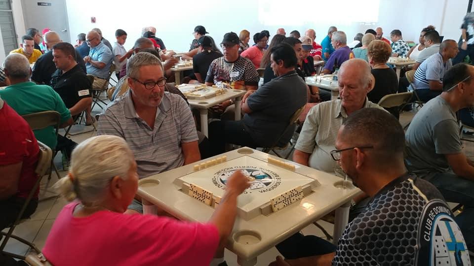 Personas jugando domino en el Torneo Entre Amigos