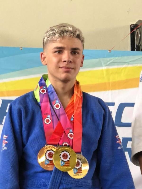 Chris Rosado medalla oro 60kg 15-17 años, plata en 66kg y bronce en adulto 66kg