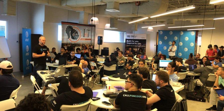 El evento contó con una sesión informativa por parte de un equipo de IBM.