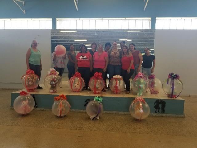 Estudiantes del Curso de Globos Realizan Canastas para San Valentín