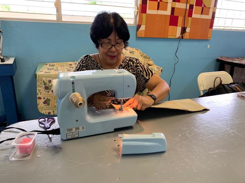 Estudiantes del programa de costura cociendo