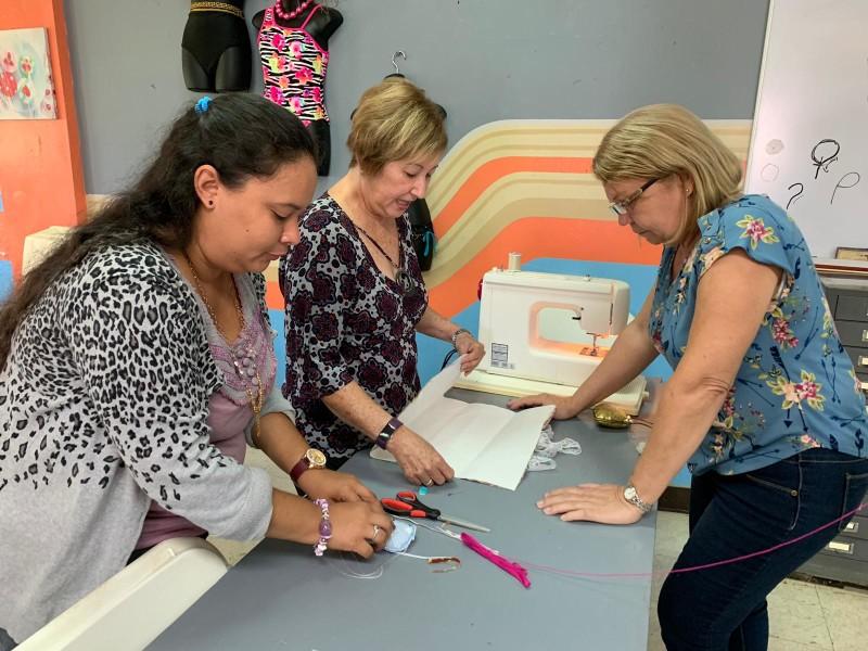 Estudiantes del programa de costura aprendiendo