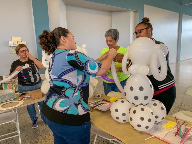 Estudiantes preparando sus globos confeccionados