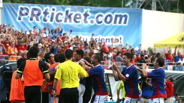 Jugadores del equipo de Puerto Rico celebran gol ante España