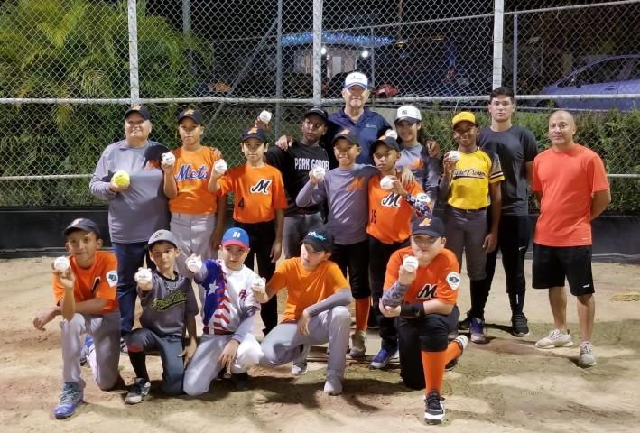 Líder Deportivo Ofrece Taller de Fundamentos a Equipo de Baseball