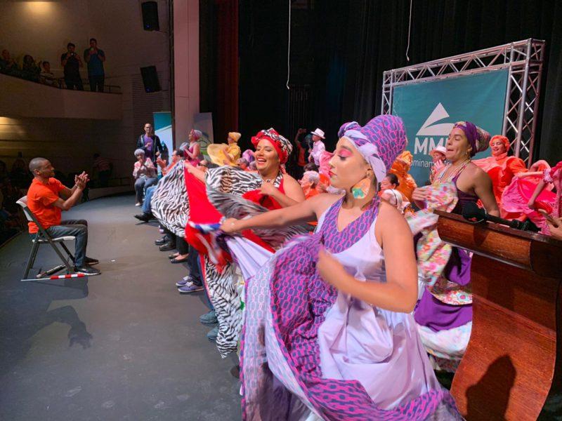 Personas no Videntes Participan en Obra de Teatro Acompañada de una Rutina de Ejercicios de Bajo Impacto