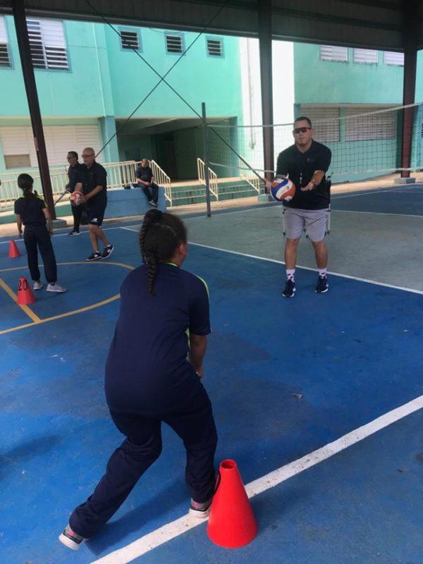 Escuela de Hato Tejas es Visitada por Líderes Recreativos para Dar su Taller de Volleyball
