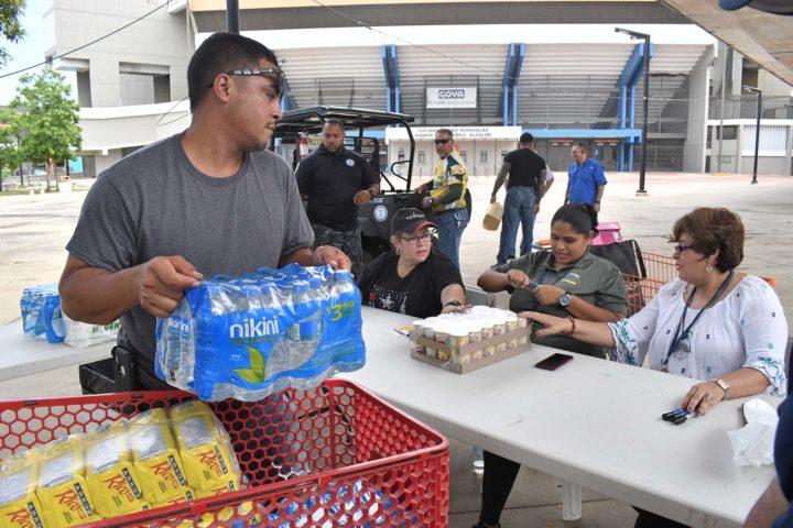 Recibiendo suministros para daminificados de las Bahamas