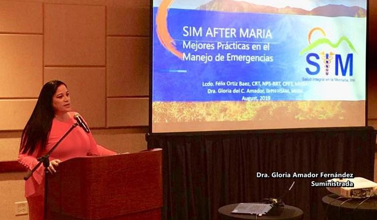 Dra Gloria Amador ofreciendo charla