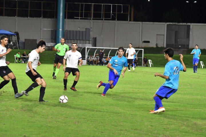 Jugadores del soccer en el campo del Juan Ramón Loubriel