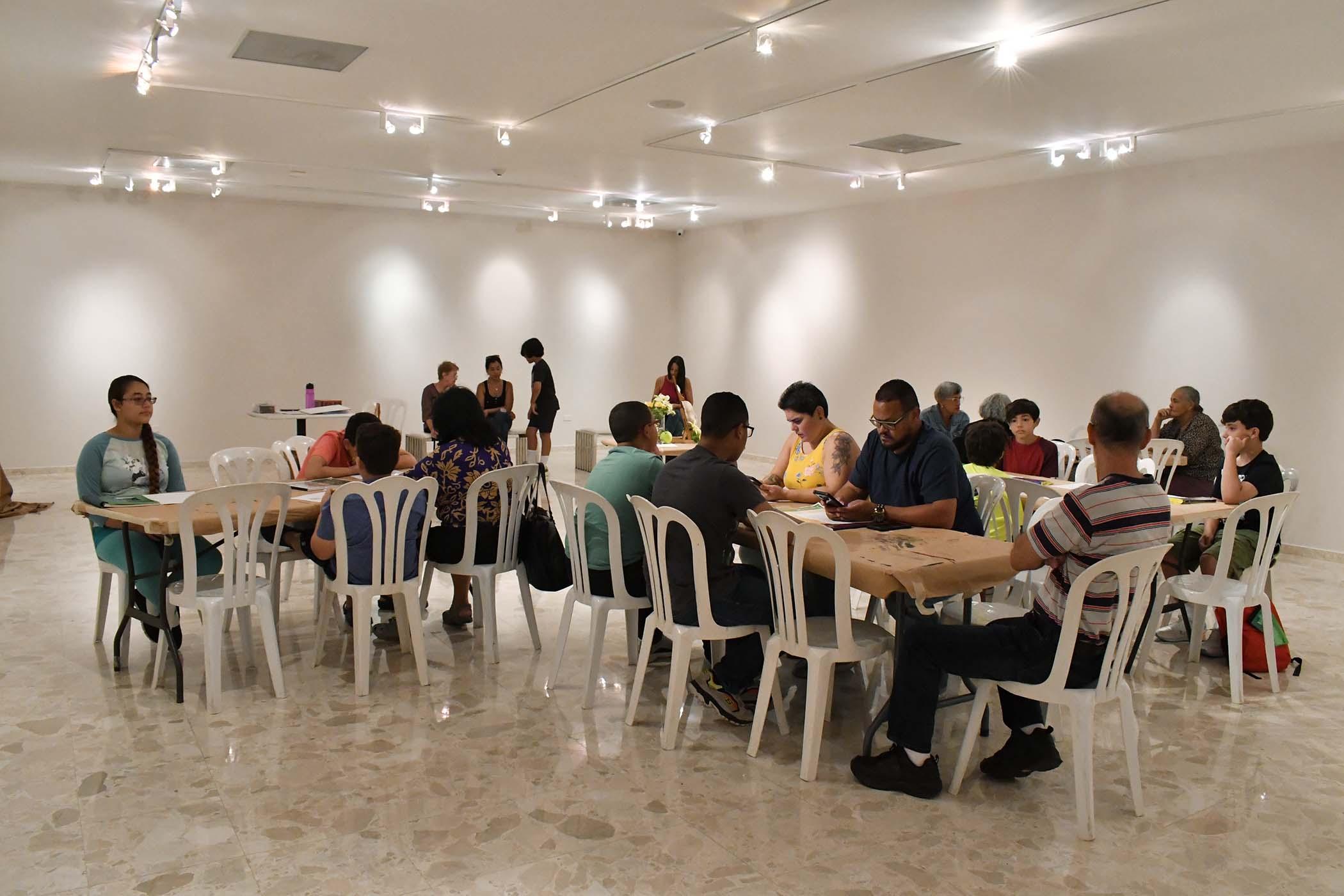 Participantes del Taller Bodegón en el Museo de Arte de Bayamón