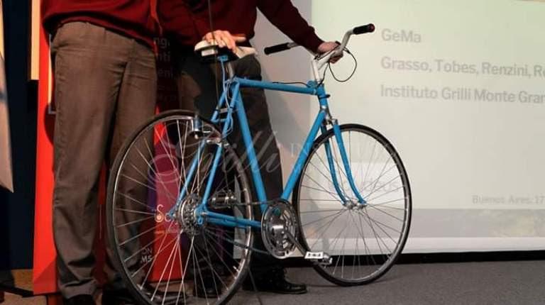 """La carga alcanza para alimentar las luces de la bicicleta y mantener la carga del celular. Los estudiantes tienen el """"ambicioso proyecto"""" de compartirlo con la comunidad. Desde alimentar la red eléctrica total de un gimnasio con las bicicletas de ejercicio hasta la implementación del cargador de celulares en las bicicletas de la ciudad de Buenos Aires."""