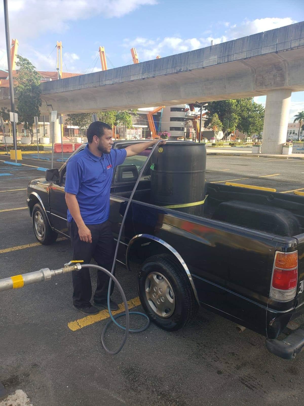 Ciudadanos abasteciéndose de agua en nuestro Acuífero Norte (estacionamiento Juan R. Loubriel).