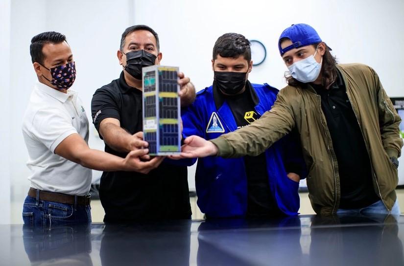 Equipo de Puerto Rico Presenta su Satélite a los Medios a Pocas Horas del Lanzamiento